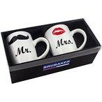 """Coffret cadeau BRUBAKER avec un lot de 2 mugs et une carte de v?""""ux. Motif: Mr. & Mrs. (moustache & rouge baiser). Contenance: env. 300 ml. Dimensions d'une tasse: env. 10,5 cm (H) x 8 cm ?. Convient au micro-ondes et au lave-vaisselle."""