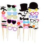 Comprend des moustaches, des lunettes, des l?vres rouges, des chapeaux de f?te, des cravates, des couronnes, des tasses ? boissons, des pipes ? fumer,